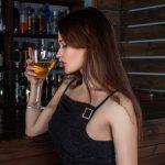 Frau an Bar