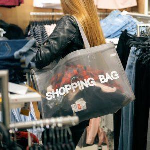Hübsche Frau beim Einkaufen