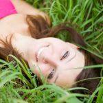 Schöne Frau im Gras