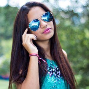 Schöne Frau mit Sonnenbrille